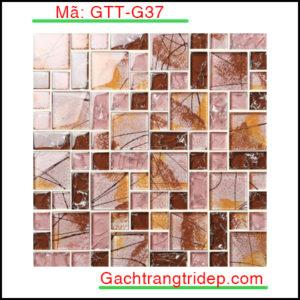 Tên sản phẩm Gạch Mosaic trang trí Mã sản phẩm GTT-G28 Số vỉ/ hộp 22 Kích thước vỉ 300x300mm Số vỉ/ m2 11 Giới thiệu về gạch mosaic nói chung và gạch mosaic gốm nói riêng: Việc sử dụng gạch mosaic để trang trí đã xuất hiện ở châu Âu vào thời kỳ cổ xưa, chúng ta có thể thấy chúng ở các công trình kiến trúc như lâu đài, nhà thờ. Ngày nay, cùng với sự phát triển của khoa học và kỹ thuật, nhu cầu về trang trí nội ngoại thất ngày càng tăng cao người ta ngày càng sử dụng gạch mosaic để trang trí nhiều hơn. Để đáp ứng nhu cầu đó trong những năm gần đây gạch mosaic đã không ngừng phát triển. Cấu tạo của một tấm gạch mosaic thường gồm 3 lớp: Lớp dưới cùng là chứa sợi thủy tinh hoặc kafl dùng để kết dính các mảnh gạch với nhau. Lớp ở giữa : là lớp keo liên kết giữa vật liệu và lớp giấy. Lớp trên cùng là lớp vật liệu mosaic: Có thể là gạch mosaic gốm, đá tự nhiên hoặc thủy tinh. Căn cứ vào lớp trên của gạch mosaic mà ta phân loại thành các loại gạch mosaic sau đây: _ Gạch mosaic gốm: Có lớp bề mặt trên khảm gốm, men tiện lợi trong việc làm gạch lát nền nhà, dán trang trí tường. _ Gạch mosaic thủy tinh: Có lớp bề mặt trên khảm thủy tinh, hiện đại, chống ẩm và chống thấm nước cực kỳ tốt. _ Gạch mosaic đá tự nhiên: Có lớp gạch trên khảm đá trong suốt, tiện lợi để làm gạch lát sàn sân vườn.